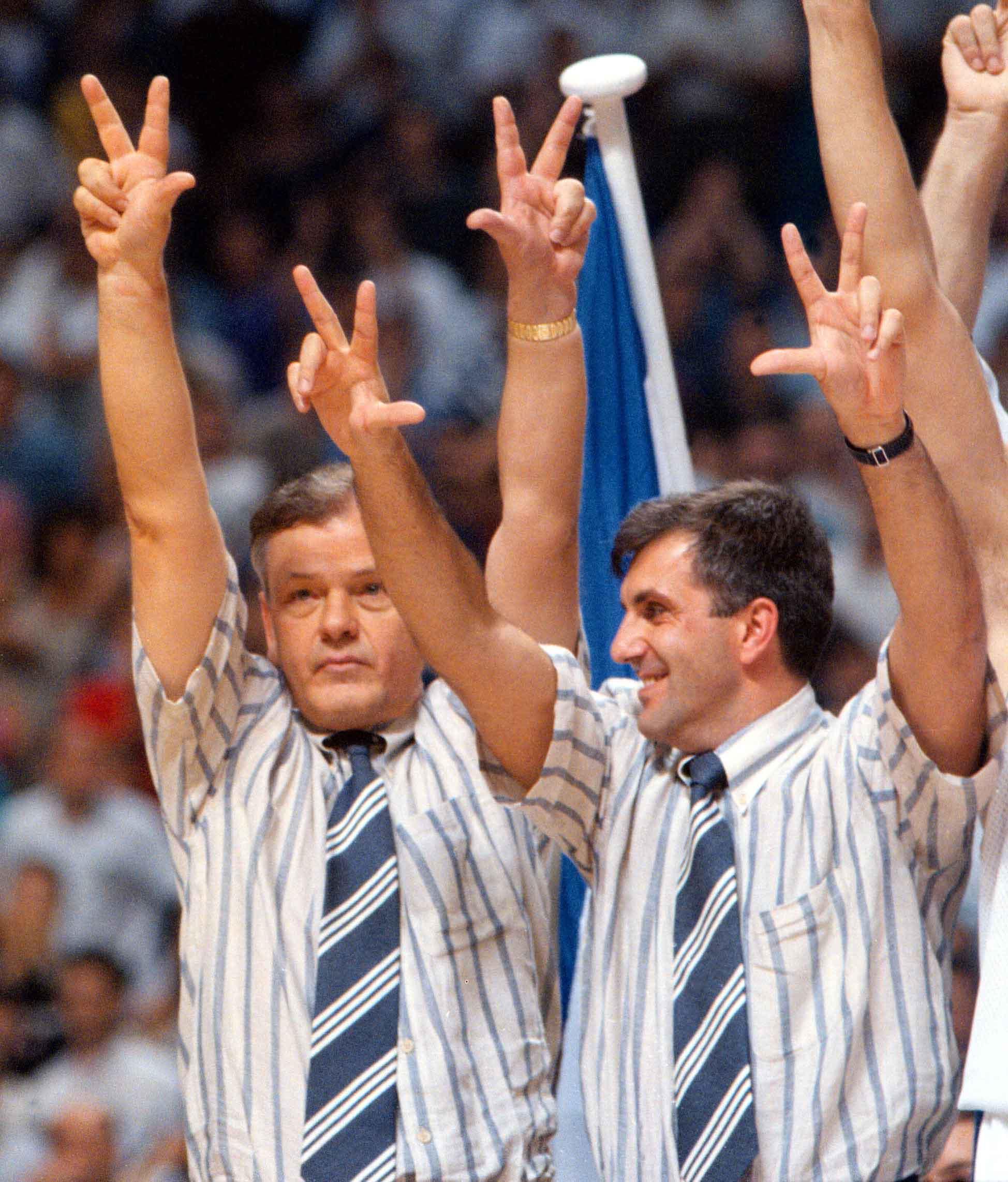 KOSARKA - Dusan Duda Ivkovic i Zeljko Obradovic, YU treneri, na pobednickom postolju. Atina, jun - jul 1995. snimio:N.Parausic