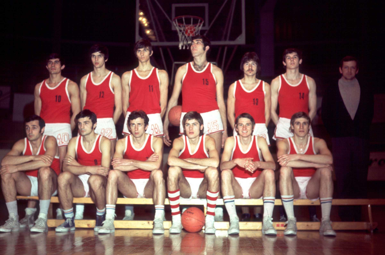 KOSARKA - Kosarkasi Radnicki: Mile DJORDJEVIC, Miroljub DAMJANOVIC, Milun MAROVIC, Milovan TASIC, Srecko JARIC, STEVOVIC, Slobodan Piva IVKOVIC, trener, Dragoslav RAZNJATOVIC, Bosko DJOKIC, Slobodan ZIMONJIC, Dragi IVKOVIC, BRZIC i Braca KARATI. Beograd, 1971/1972. photo:T.Mihajlovic